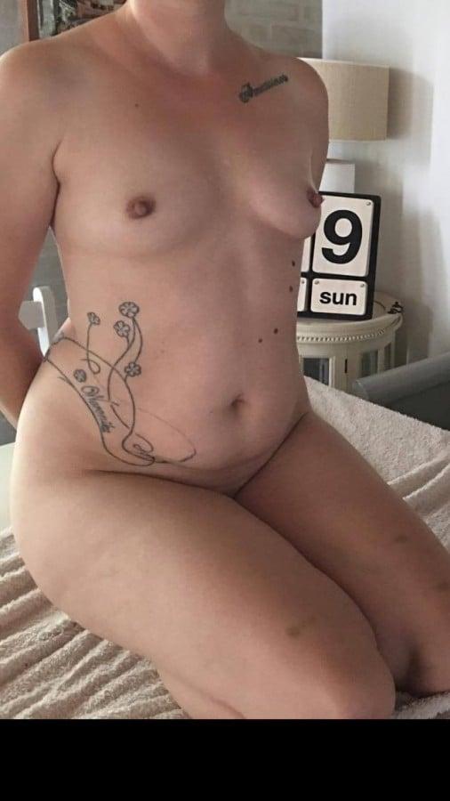 Pigen med dragen tatovering blowjob